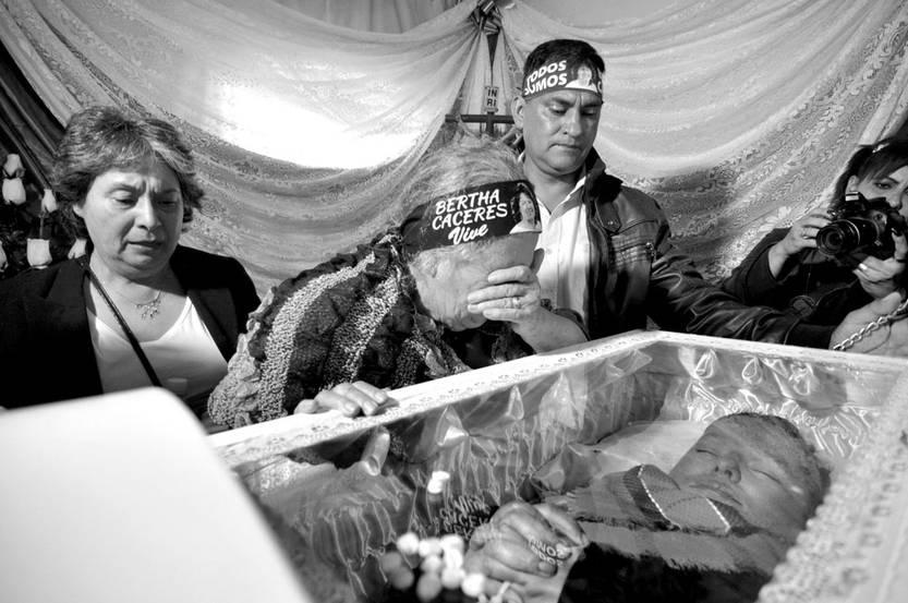 Austra Bertha Flores junto al féretro de su hija Berta Cáceres durante su sepelio, el sábado en la ciudad de La Esperanza, Honduras. Foto: Efe, s/d de Autor