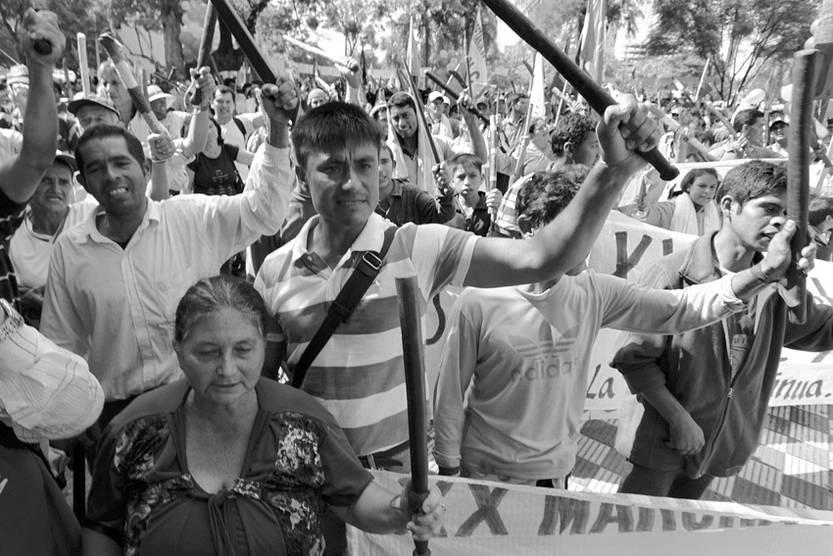 Campesinos paraguayos se congregan frente al Parlamento después de una marcha, ayer, en Asunción, Paraguay.