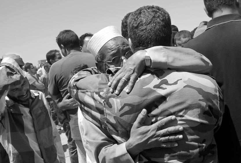 Residentes de la ciudad de Bengazi, al este de Libia, entierran los cuerpos de los manifestantes muertos el sábado, durante los enfrentamientos entre antiguos rebeldes y antimilicianos e integrantes de la brigada Shield of Libya.