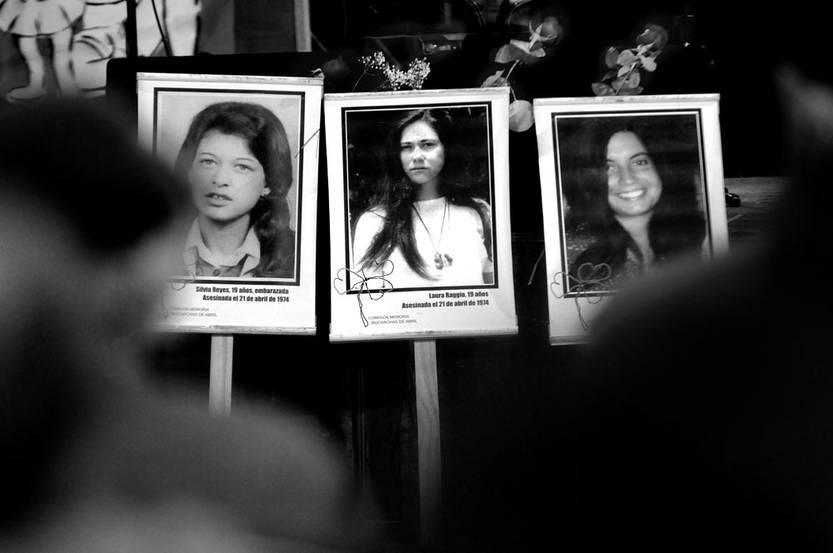 """Fotografías de Silvia Reyes, Laura Raggio y Diana Maidanik, las """"muchachas de abril"""", ayer durante el acto en su memoria en el barrio Brazo Oriental de Montevideo. Foto: Javier Calvelo"""