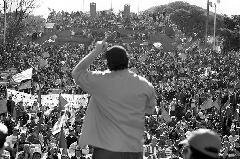Intervención del secretario general del Sindicato Único Nacional de la Construcción y Anexos (SUNCA), Óscar Andrade, ayer, en la asamblea general del gremio, en el Velódromo de Montevideo. / Foto: Javier Calvelo