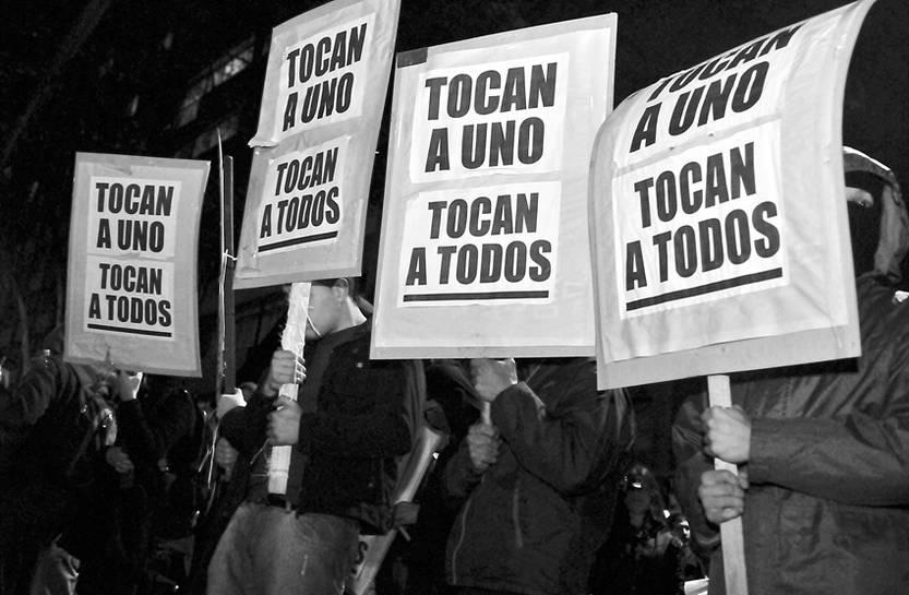 Marcha convocada por la Coordinadora contra la Represión, ayer, desde la explanada de la Universidad de la República hasta la sede del Ministerio del Interior.