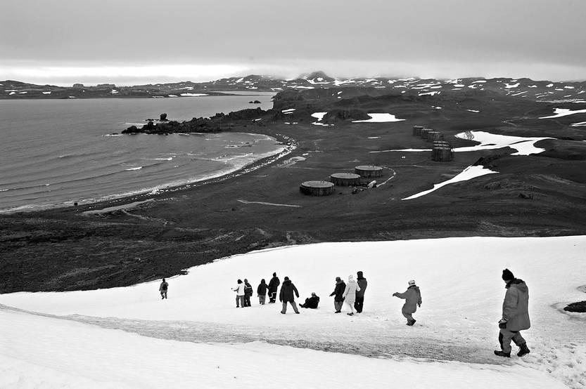 Periodistas y turistas recorren la Antártida entre la base Artigas y la base chilenal. / foto: iván franco (archivo, enero de 2005)