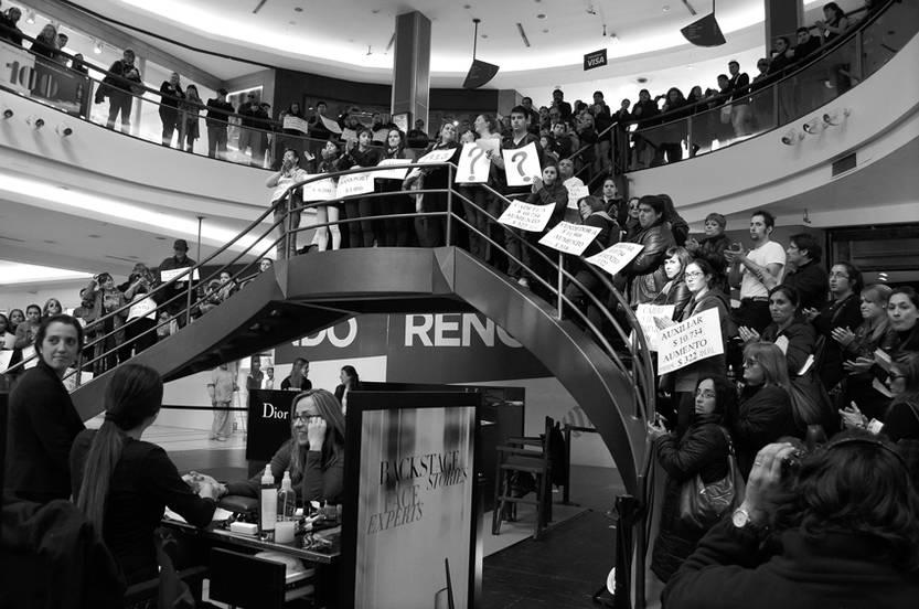 Movilización de la Coordinadora de Sindicatos de Trabajadores de Tiendas, ayer, en el shopping Punta Carretas.
