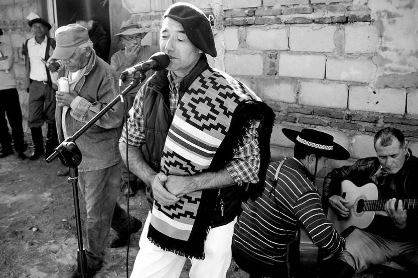 Milton Pintos,  integrante del Sipes y recitador, durante su actuación en la celebración del Día del Trabajador Rural el sábado en la sede de la comisión barrial Chiquillada, en Pueblo del Barro, departamento de Tacuarembó. / Foto: Sandro Pereyra